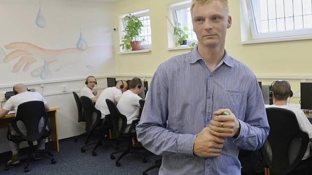 Bývalý odsouzený Petr Pavlas byl zaměstnán v původním projektu call centra ve věznici ve Vinařicích, pomohlo mu to k práci na svobodě.