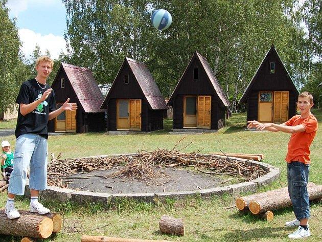 Jaroslav Imbr a Libor Budský (zleva) si hrají s míčem na letním táboře v Žerotíně.