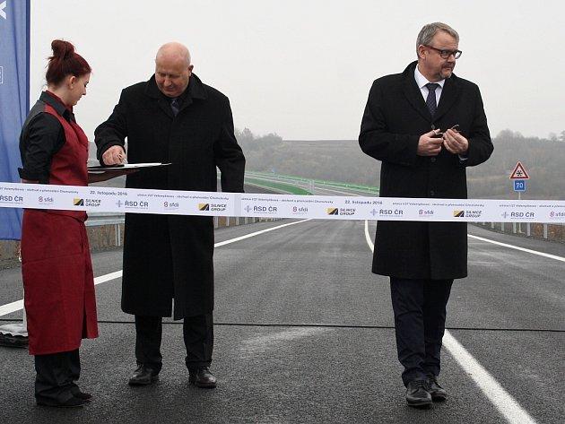 Symbolickou pásku přestřihli ministr dopravy Dan Ťok (vpravo), hejtman Ústeckého kraje Oldřich Bubeníček a další hosté