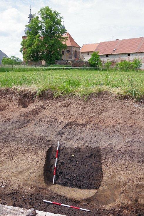 Pohled na zásobní jámu z 9. století.