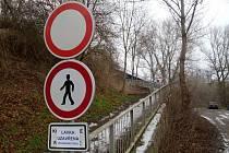 Lávka pro pěší přes řeku Ohři pod železničním mostem v Lounech je uzavřená