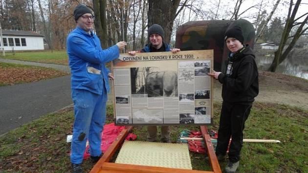 Naučná tabule u objektu lehkého opevnění v parku T. G. Masaryka v Lounech.