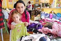 Petra Konopásková s dcerou Natálkou si prohlížejí věci v rodinném centru Sedmikráska v Žatci.