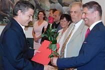 Předseda OHK Louny František Jochman (vpravo) předává ocenění jednomu ze studentů na žatecké radnici.
