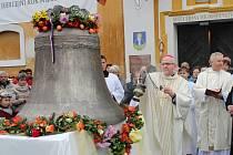 Kostel v Liběšicích bude mít nový zvon. V neděli mu požehnal litoměřický biskup Jan Baxant