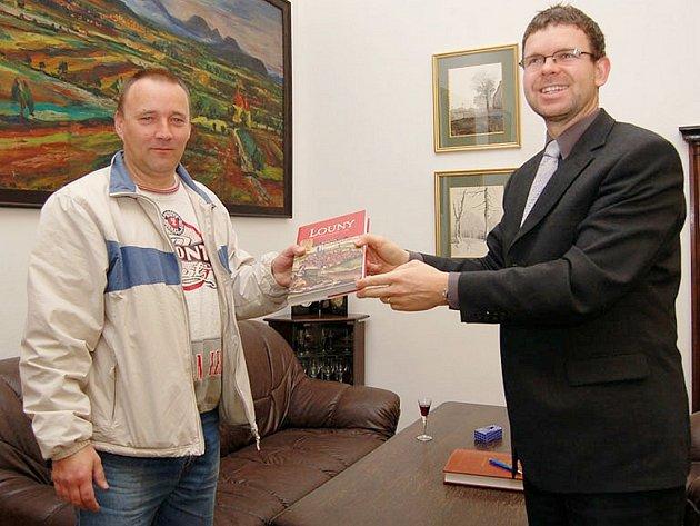 Zachránce miminka Libor Charvát (vlevo) a starosta Loun Jan Kerner.