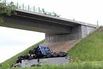 Následky nehody kamionu u Velemyšlevsi jsou patrné dodnes.
