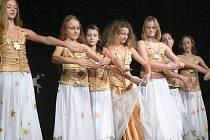 Dívky tančí skladbu Čekáme na slunce na podiu Divadla J. K. Tyla v Postoloprtech.