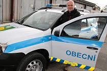 Petr Jindřich, starosta městyse Cítoliby, u nového automobilu pro místní strážníky