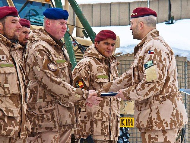 """Příslušníci 3. jednotky OMLT české armády v Afghánistánu obdrželi medaile NATO """"Non Article 5"""" za službu v silách ISAF."""