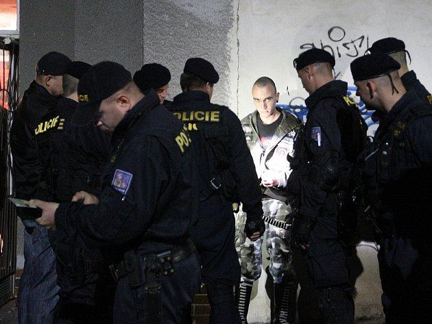 Policisté vyvedli ven jednoho z návštěvníků