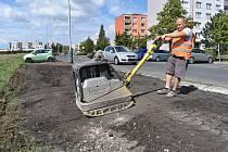 Žatecká radnice nechala v minulých dnech plochu podél ulice Stavbařů, kde se plánuje výstavba parkoviště, alespoň zpevnit.