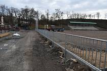 Rekonstrukce areálu fotbalového hřiště se do konce roku v Žatci nestihla. Město ale o dotaci nepřijde.