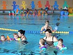 Plavci v bazénu v Postoloprtech