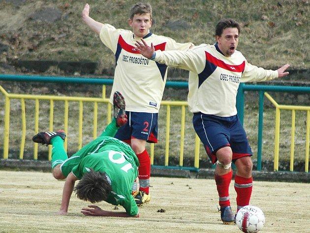 Fotbalové utkání Žatce (v zeleném) proti Proboštovu. Na snímku domácí Zdeněk Macháček