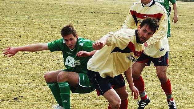 Fotbalové utkání Žatce (v zeleném) proti Proboštovu. Na snímku domácí Radek Procházka