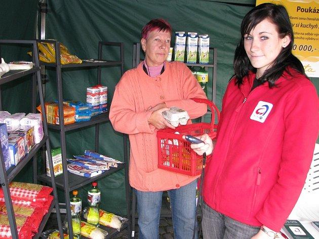 Iva Kobrová (vpravo) měří stopkami čas, za jak dlouho Hanka Nachtigalová nakoupí potraviny potřebné k přípravě bramboráků se zelím v rámci jedné ze soutěží.