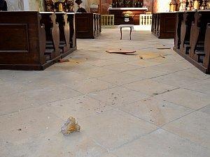 Spadlé kusy omítky v kostele v Peruci