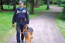 Strážník Vladimír Vavrica se psem.