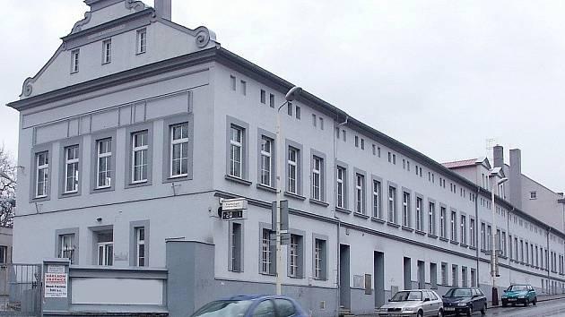 Spodní část bloku budov bývalých papíren na rekonstrukci čeká.