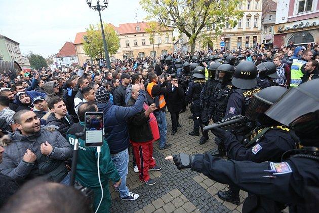 Upizzerie na Kruhovém náměstí vŽatci čekal na účastníky pietního aktu asi dvousethlavý dav odpůrců. Po krátké strkanici větším šarvátkám zabránili těžkooděnci
