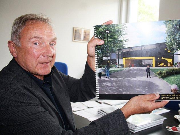 Ředitel žatecké nemocnice Čestmír Novák ukazuje plány na nové dětské oddělení. Povede se jej postavit?