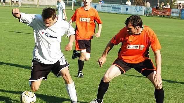 Fotbalové utkání Loun (v oranžovém) proti Krupce. Hráči Loun se představí svým fanouškům doma už v neděli. Žatec a Blšany hrají svá úvodní utkání venku.