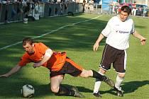 Fotbalové utkání Loun (v oranžovém) proti Krupce
