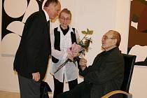 Zdeněk Sýkora s manželkou Lenkou přijímají gratulace od přátel.