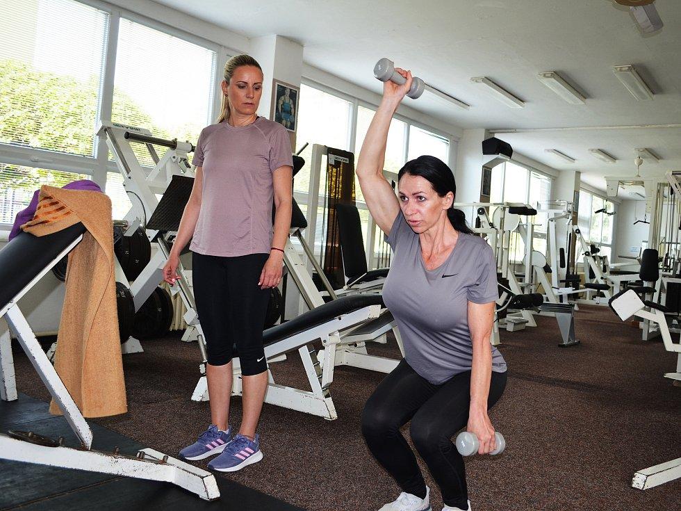 Trenérka Šárka Holá předvádí v lounském Fitness studiu Hofmanovi Aleně Davidové jeden z cviků.