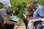 Ukázky s výkladem lákaly ke stanovišti včelařů