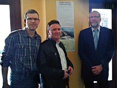 Petrit Imeraj (uprostřed) vystavuje v lounském Vrchlického divadle fotografie. Vlevo Jan Kerner, vpravo ředitel divadla Vladimír Drápal
