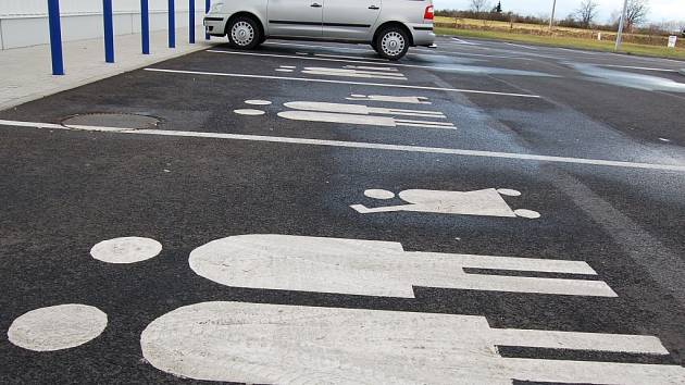 Dopravní značení, které téměř nikde neuvidíte. Vyhrazuje široká parkovací místa pro maminky s kočárky. Najít je ale můžete u žatecké prodejny Tesco.