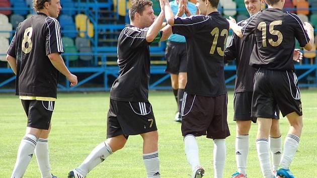 Lukáš Prückner (s číslem 13) se raduje z branky, kterou dal v srpnu Lounům. GratulujíLukáš Prückner (s číslem 13) se raduje z branky, kterou dal v srpnu Lounům. Gratulují mu Michal Macek (7) a Tomáš Pilař (8).