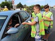 K policistům se při dopravních kontrolách připojili žáci z černčické školy