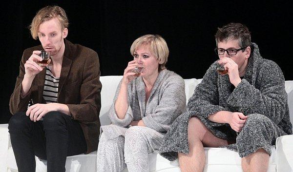 Tomáš Dianiška, Zuzana Slavíková a Zdeněk Kupka (zleva) se vúterý představí vlounském Vrchlického divadle vkomedii Petera Quiltera Celebrity.