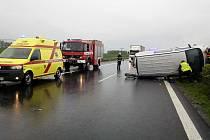 Dopravní nehoda u Toužetína zkomplikovala dopravu. Dodávka skončila na bok