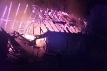 V Jimlíně v noci chytla stodola. Hasiči vyhlásili třetí stupeň poplachu