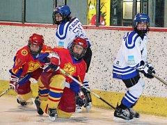 Hvězda Praha přijela do Loun s cílem zvítězit. To se jí ale nakonec nepodařilo, domácí hokejisté  (ve světlém) jim nastříleli pět branek.