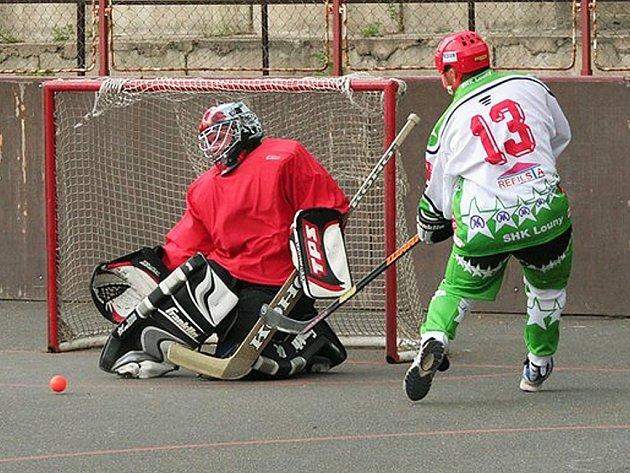 Během utkání skoroval za hokejbalisty i Roland Stádník. Tentokrát však jeho pokus Tomáš Pikl zlikvidoval.