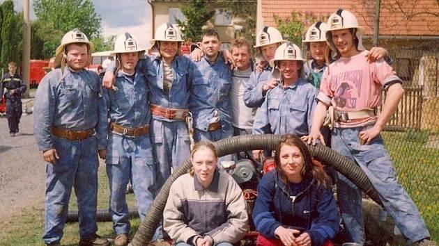 Družstvo hasičů při jedné ze soutěží v požárním sportu.