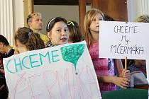 Několik dětí drželo po celou dobu jednání transparenty