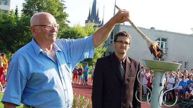 Olympijský vítěz ve střelbě z roku 1968 z Mexika Jan Kůrka (vlevo) zahájil společně s Vlastimilem Hubertem, ředitelem ZŠ Přemyslovců v Lounech, školní olympijské hry.