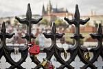Milenci si vybírají romantická místa. Ta s výhledem na Pražský hrad jsou hodně oblíbená