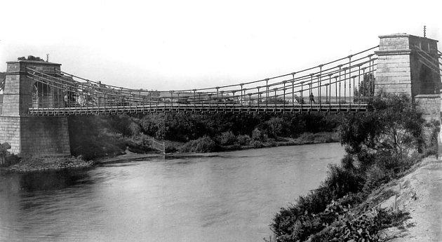 Žatecký řetězový most na historické fotografii.