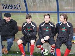 Lavička týmu Kryr při utkání s Černčicemi