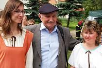 Josef Somr (uprostřed) před třemi roky byl hostem oslav v historickém duchu v Opočně u Loun. Tento týden bude číst  literární ukázky ve Stekníku.