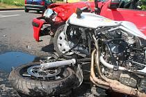 Nehoda osobního auta a motorky u Lidlu v Lounech.