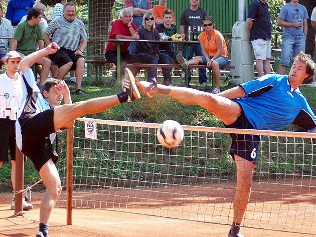 Nohejbalisté Žatce sehrají v sobotu rozhodující utkání v play out s NK Janovice. Před dvěma týdny k výhře 5:2 přispěl Petr Pinkr, který vpravo ukázkově  blokuje.