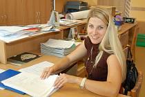 Učitelka Markéta Hartmanová podepisuje tiskopisy s vysvědčením ve sborovně Základní školy na náměstí 28. října v Žatci.